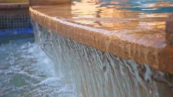 vattendroppar som häller över poolmarmor slowmotion video