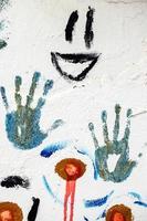 Forma de mano de graffiti colorido en la pared blanca foto