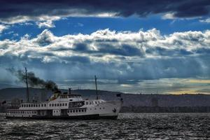 ferry y el paisaje urbano en izmir turquía foto