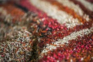 colorida mezcla de diferentes sabores de especias foto