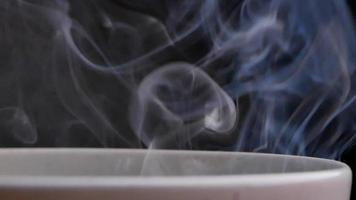 witte rook bij een kopje koffie video
