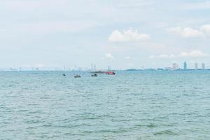 barco de pesca en el océano foto