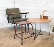 Decoración de silla de madera vacía en la sala de estar foto