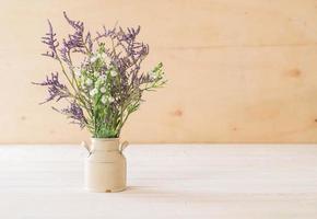 statice y caspia flores en florero foto