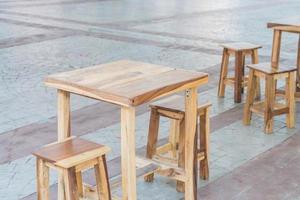 Mesa y silla de madera vacías en restaurante. foto