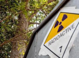 Señal de advertencia de radiación en la etiqueta de transporte en el camión de transporte foto