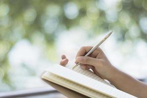 Escritura a mano de mujeres en papel de nota en el balcón foto