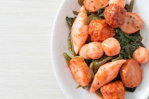 salteado de bolas de pescado con salsa yentafo foto
