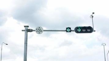 poste de semáforo na estrada. video