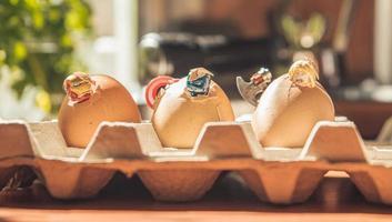 varsovia - mayo de 2020 - minifigura lego superhéroes en huevos de pascua foto