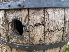 un agujero en una barrica de vino de roble muy vieja foto