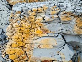 roca de montaña con piedras grises, blancas, marrones, cáucaso foto