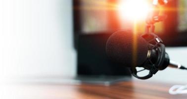 micrófono en el estudio doméstico para contenido en línea o transmisión en vivo foto