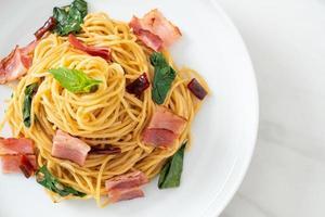 espaguetis salteados con chile seco y tocino foto