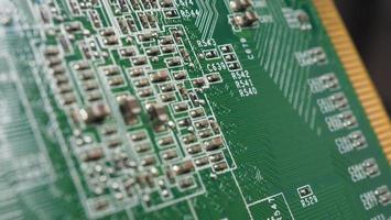 chip semiconductor ubicado en la placa base verde foto