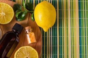 Cosmética ecológica con aceite de limón. productos para tratamientos de spa, relax foto