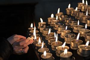 encendiendo velas en una iglesia foto