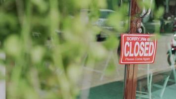 abrir una tienda para acoger clientes con un distanciamiento social. video