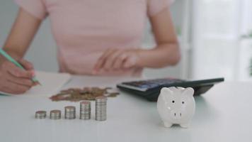 montones de monedas y huchas. ahorrar dinero video