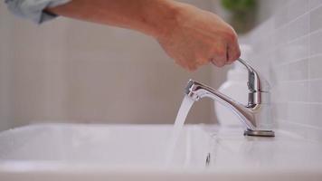 lavez-vous les mains pour les garder propres et empêcher la propagation du virus video