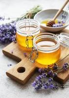 tarros con miel y flores frescas de lavanda foto