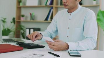 um homem de negócios com preocupações financeiras. video