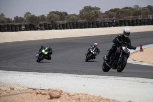 Competición de motos en una pista de carreras en un día de entrenamiento. foto