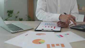 los dueños de negocios están revisando sus resultados mensuales. video