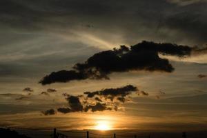 puesta de sol más allá de la frontera foto