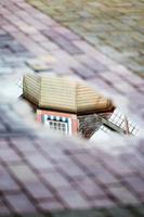 molino de viento en el reflejo foto