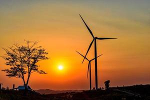 Granja de turbinas eólicas al atardecer foto