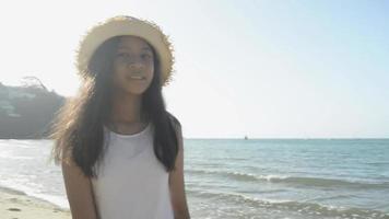 fille heureuse se retournant et marchant sur la plage sous la lumière du soleil video