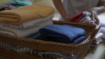 madre haciendo el trabajo de la casa con ropa en la cama en casa video