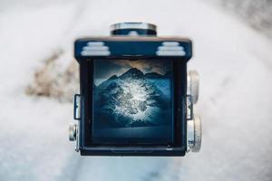 paisaje de montaña a través del visor de la vieja cámara fotográfica foto