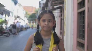 fille avec sac à dos souriant et debout dans la vieille ville video