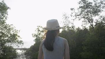 fille marchant pour voir de beaux paysages de la côte pendant le coucher du soleil video