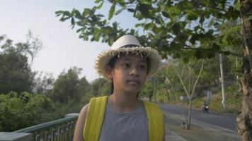 adolescente avec sac à dos marchant tranquillement sur le sentier video