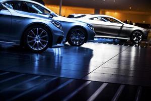 coches de tecnología moderna en feria foto