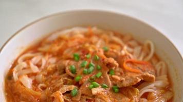 nouilles ramen udon avec soupe de porc et kimchi video