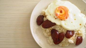 arroz con salchicha china y huevo frito video