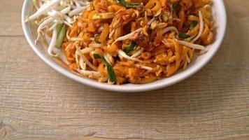 pad thai - stekta nudlar med tofu och groddar video