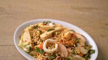 snabbnudlar kryddig sallad med skaldjur och fiskboll video