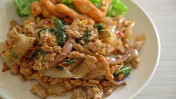 stekta nudlar med kycklingfärs och basilika - asiatisk matstil video