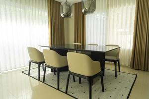Juego de mesa de comedor vacía y decoración de sillas en casa. foto