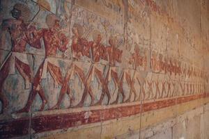 Pinturas egipcias y jeroglíficos en la pared del templo de Karnak. foto