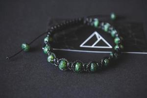 pulsera con jade sobre fondo negro foto