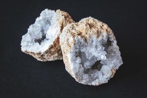 ágata. Una sección transversal de piedra de ágata con geoda sobre un fondo negro foto