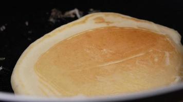crêpe faite maison sur une poêle antiadhésive préparant un délicieux petit-déjeuner. video