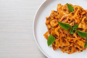 pasta farfalle con albahaca y ajo en salsa de tomate - salsa italiana foto