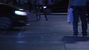 attraversamento pedonale nel centro della città la sera. video